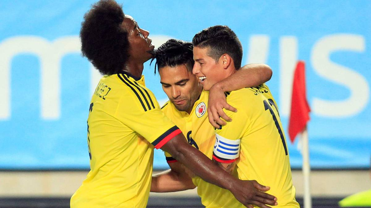 abrazo de james y falcao seleccion Colombia